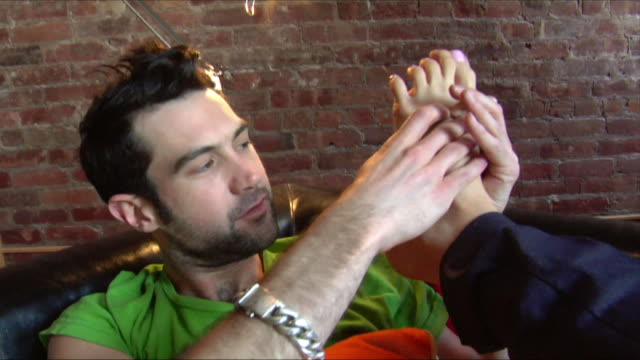 vidéos et rushes de close up man rubbing woman's foot/ new jersey - massage room