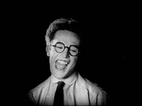 b/w 1920 close up man with eyeglasses getting scared / hair stands straight up / feature - 25 29 jahre stock-videos und b-roll-filmmaterial