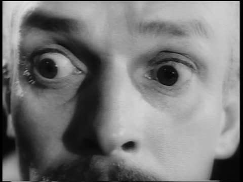 b/w close up man's eyes widening in surprise/fear - sorpresa video stock e b–roll