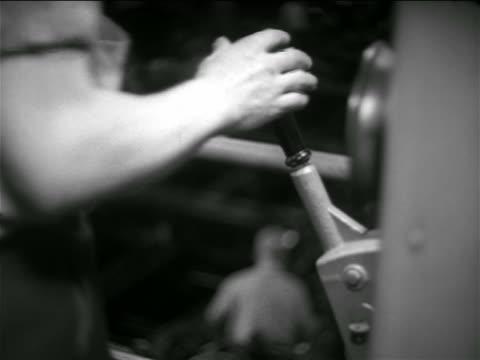 vidéos et rushes de b/w 1936 close up man's hand grabbing onto lever in chevrolet car factory - levier de contrôle