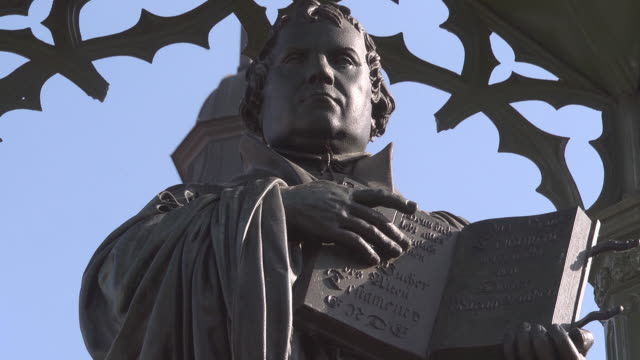 vidéos et rushes de close up martin luther with bible - protestantisme