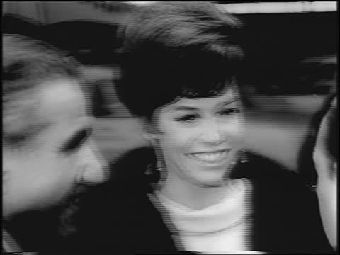 vídeos y material grabado en eventos de stock de b/w 1967 close up pan mary tyler moore smiling walking past camera at movie premiere / nyc - mary tyler moore