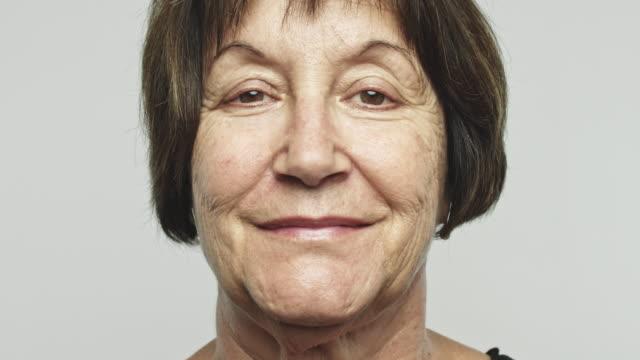 Close-up van volwassen gelukkige vrouw video portret