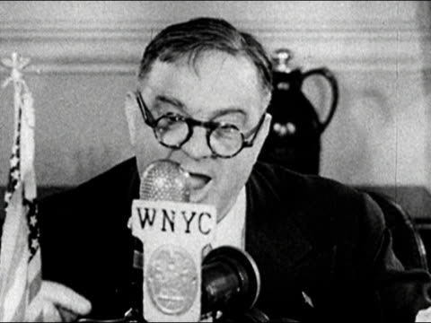 vídeos de stock, filmes e b-roll de close up mayor fiorello laguardia reads the funny pages over wnyc during newspaper delivery strike/ audio - traje completo