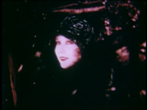 vidéos et rushes de 1929 close up model in black hat + fur coat turning to camera outdoors - stéréotype de la classe supérieure