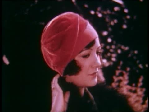 vídeos de stock e filmes b-roll de 1929 close up model with red velvet cap turning to camera outdoors - 1920 1929