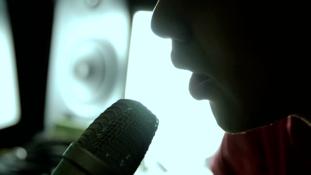 vidéos et rushes de close up mouth of man singing with microphone - bouche