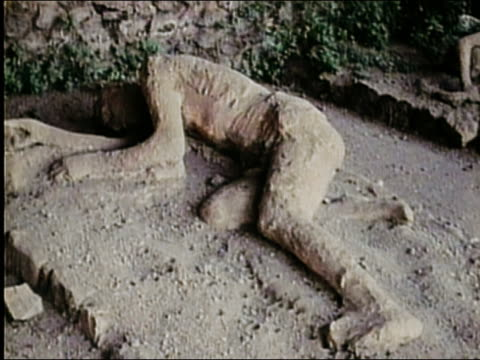 vídeos de stock e filmes b-roll de 1973 close up mummified body of sleeping person from volcano in pompeii ruins /  audio - corpo humano