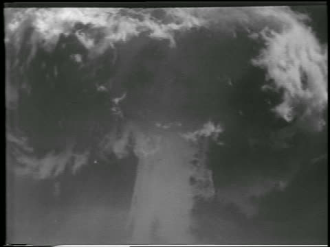 vidéos et rushes de b/w 1952 close up mushroom cloud from hbomb explosion / yucca flats nevada / newsreel - 1952