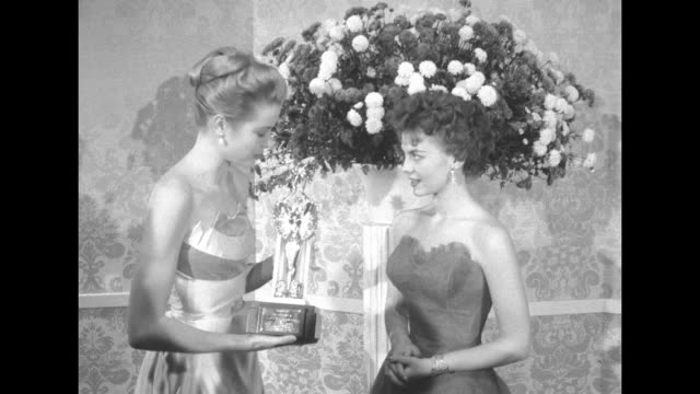 close up natalie wood holds award for the late james dean / close up grace kelly hands wood the award / camera zooms in on wood holding award / close... - grace kelly actress stock videos & royalty-free footage