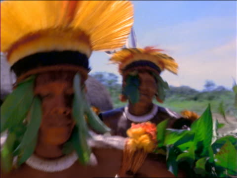 vídeos y material grabado en eventos de stock de close up native men wearing headdresses + dancing outdoors / amazonas, brazil - estado del amazonas brasil