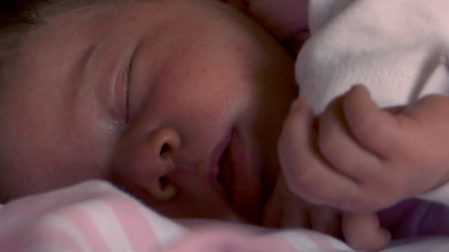 vidéos et rushes de close up newborn baby sleeping/ santa fe, new mexico - bébé de 0 à 6 mois