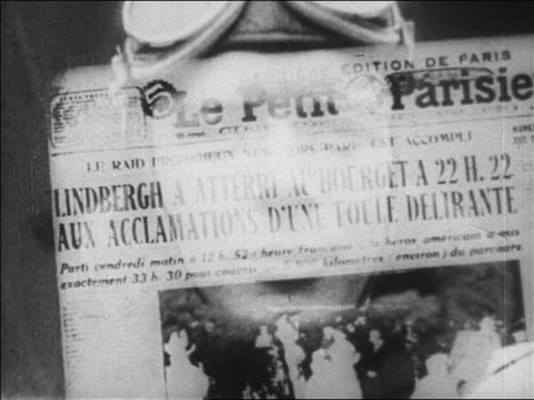 vídeos de stock e filmes b-roll de exposure close up newspaper headline face of lindbergh / newsreel - só homens jovens