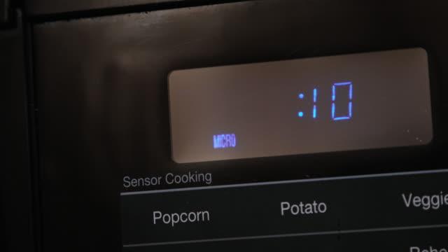 入力した10秒のクローズアップとブラックデジタルディスプレイマイクロ波での調理時間のカウントダウン - 電子レンジ点の映像素材/bロール