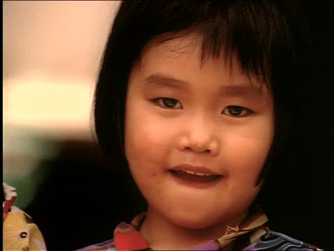 stockvideo's en b-roll-footage met close up of 2 small vietnamese girls - alleen meisjes