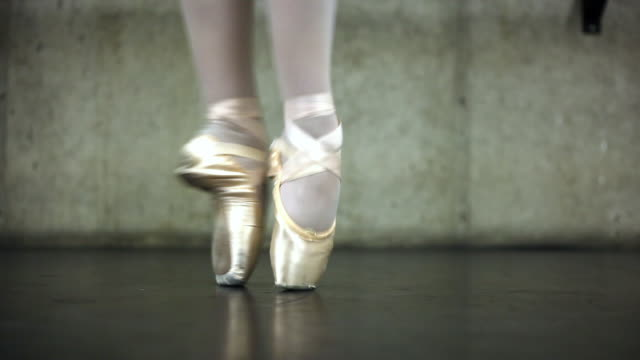 vidéos et rushes de close up of a ballerina's feet dancing in point shoes. - danseuse classique