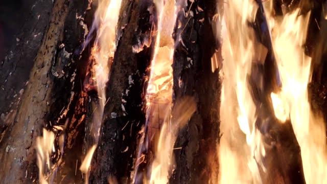 Close up van een groot vreugdevuur branden buiten, traditionele feesten, partij mensen plezier, camping brand, reizen, toerisme