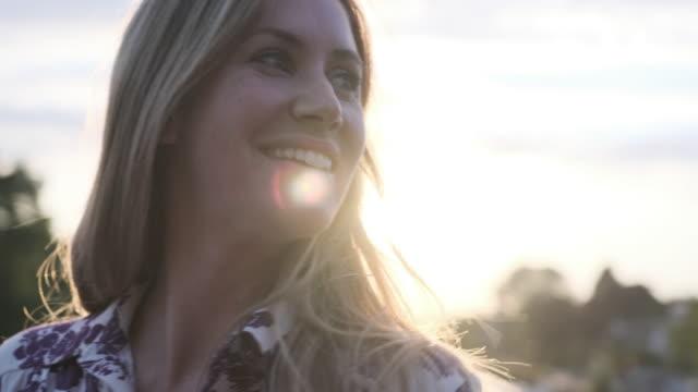 närbild av en blond kvinna tittar runt - mellan 30 och 40 bildbanksvideor och videomaterial från bakom kulisserna