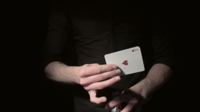 närbild av ett kort trick - kort bildbanksvideor och videomaterial från bakom kulisserna