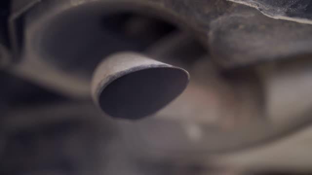 vídeos de stock, filmes e b-roll de feche acima das emissões de fumaça de um carro no engarrafamento - dióxido de carbono