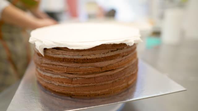 vídeos de stock, filmes e b-roll de feche acima de um bolo de chocolate - fazer