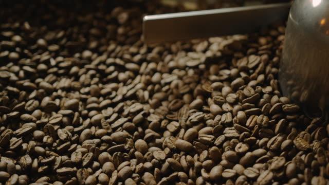 Close up van een koffie-brander koeling lade 4K