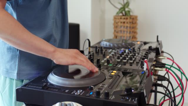 自宅でサウンドミキサーで練習している dj のクローズアップ - 趣味点の映像素材/bロール