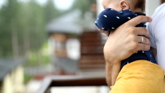 vidéos et rushes de gros plan d'un père embrassant son fils - genderblend