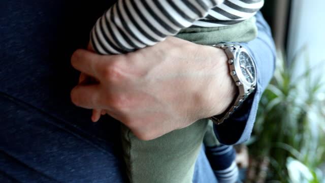 vídeos y material grabado en eventos de stock de cerca de la mano de un padre sosteniendo la mano de su hijo - genderblend