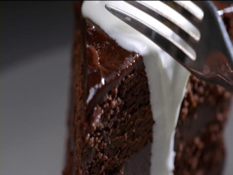 stockvideo's en b-roll-footage met close up of a fork cutting a slice of chocolate cake - vork