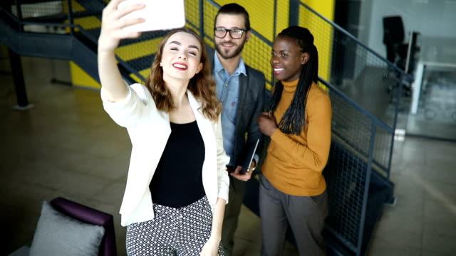 vídeos y material grabado en eventos de stock de cerca de un grupo de compañeros de trabajo tomando selfie - generación z