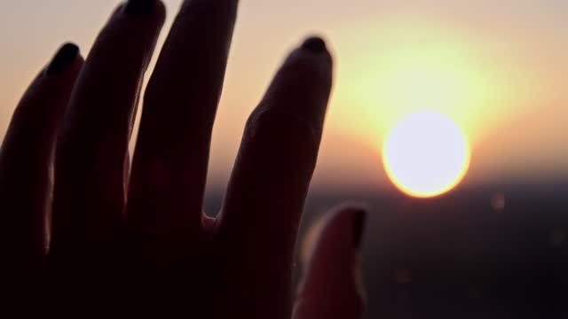 slo mo 窓ガラスに触れる手のクローズアップ - 自宅の注文に滞在 - 憂鬱点の映像素材/bロール