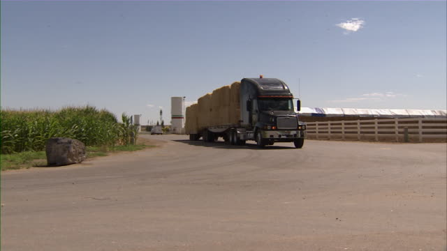 vidéos et rushes de close up of a large truck filled with bales of hay, passing by. - foin