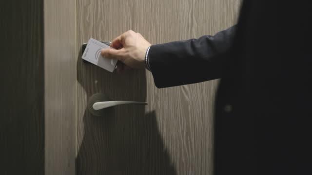 vídeos y material grabado en eventos de stock de el cerca de un hombre deslizando la tarjeta para entrar en su habitación de hotel - traje