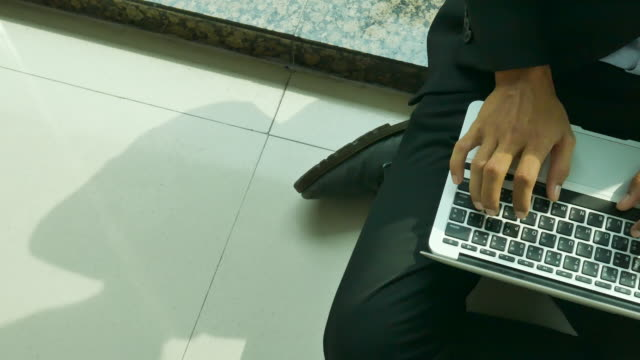 primo posto di un uomo che usa il computer, filmati stock delle mani della persona che digitano sulla tastiera del computer - archivista video stock e b–roll