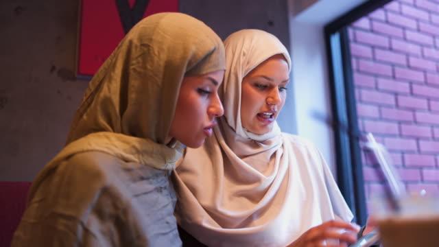 イスラム教徒の実業家のクローズ アップ - モデスト・ファッション点の映像素材/bロール