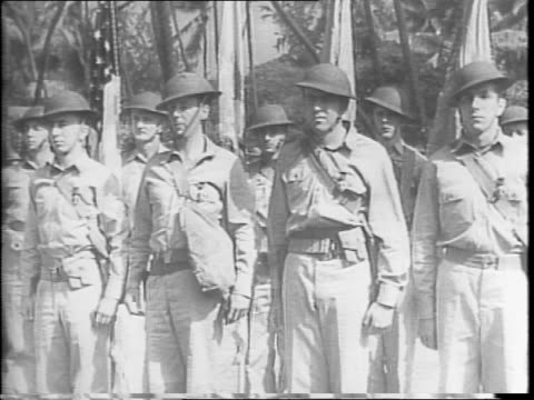 vidéos et rushes de close up of a purple heart medal on a uniformed soldier / a company of soldiers standing at attention during a ceremony in hawaii / a celebrated... - armée de terre