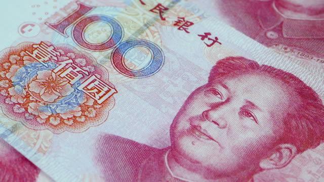 close up of a rotating 100 chinese yuan banknote, 4k resolution. - insegna di una banca video stock e b–roll