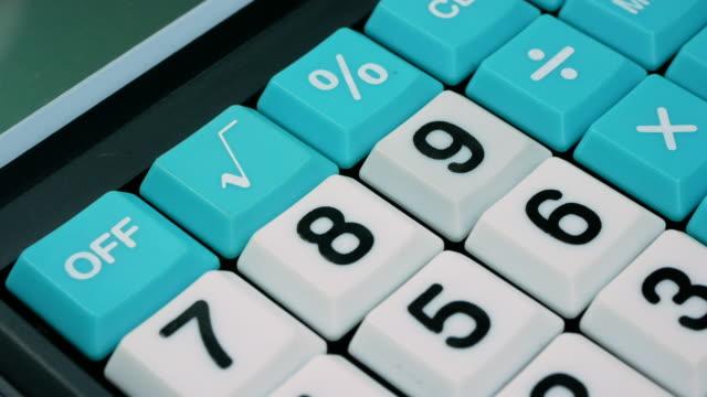 stockvideo's en b-roll-footage met close-up van een roterende financiële calculator, 4k-resolutie. - financiële pagina