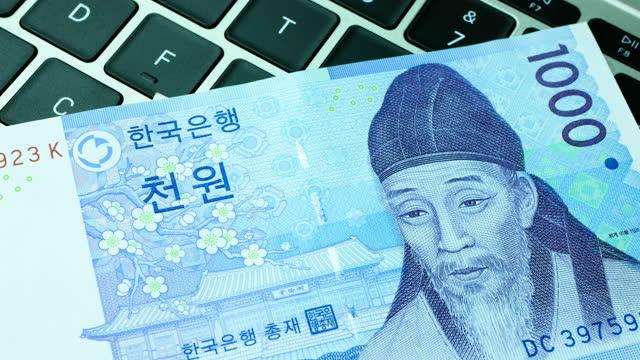il primo posto di una banconota rotante sudcoreana ha vinto una banconota sulla tastiera, risoluzione 4k. - insegna di una banca video stock e b–roll