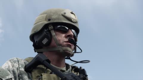 vídeos y material grabado en eventos de stock de close up of a soldier with sub-machine gun down, aiming, firing, and lowering weapon. - casco herramientas profesionales