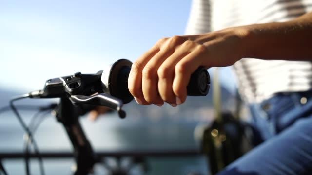 närbild på en kvinnas hand cykling - endast unga kvinnor bildbanksvideor och videomaterial från bakom kulisserna