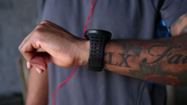 vídeos y material grabado en eventos de stock de close up of african american man checking the time on wristwatch - reloj de pulsera