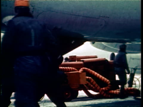 vídeos de stock e filmes b-roll de close up of air raid siren / soldiers scrambling during cold war alert running out of building through snow to airplanes / men removing covers from... - guerra fria