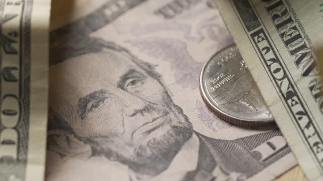 vídeos y material grabado en eventos de stock de primer plano de la moneda americana - billete de cinco dólares estadounidense