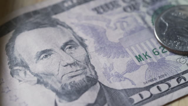 vídeos y material grabado en eventos de stock de primer plano de american five dollar bill and a quarter - billete de cinco dólares estadounidense