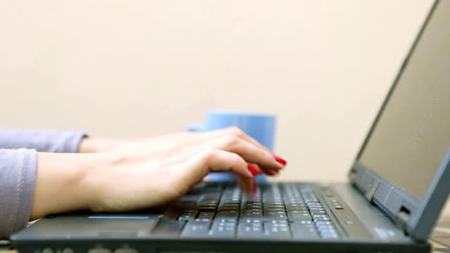 vídeos y material grabado en eventos de stock de cerrar de una chica con rojo de color de las uñas, escribiendo en ordenador portátil - esmalte de uñas rojo