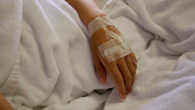 vídeos de stock, filmes e b-roll de close-up de soro na mão do paciente - plasma