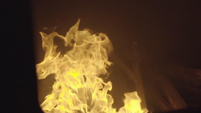 nahaufnahme von einer alten dampf zug feuerraum flamme - zug mit dampflokomotive stock-videos und b-roll-filmmaterial