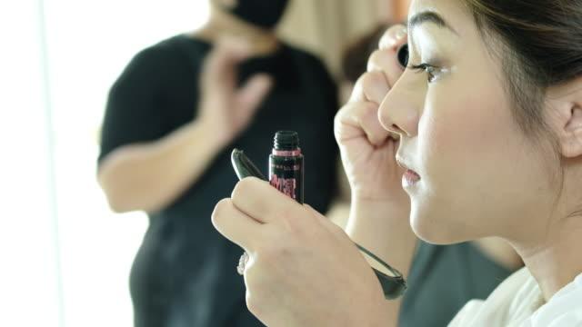 Enge, der Anwendung Mascara, schöne Frau Applyling mascara